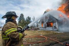Feuerwehrmänner bei Live Burn Training Stockfotografie