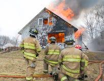 Feuerwehrmänner bei Live Burn Training Stockfoto