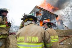 Feuerwehrmänner bei Live Burn Training Lizenzfreie Stockfotos