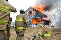 Feuerwehrmänner bei Live Burn Training Lizenzfreies Stockfoto