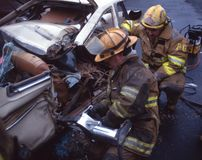 Feuerwehrmänner bohren an ihn Kiefer des Lebens lizenzfreie stockbilder