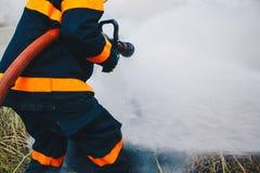 Feuerwehrmänner in der Aktion, Feuerwehrmannausbildung stockbilder