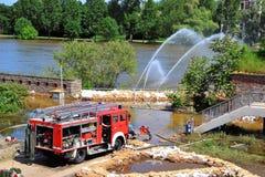 Feuerwehrmänner in der Aktion in Magdeburg Lizenzfreie Stockfotos