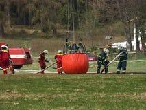 Feuerwehrmänner in der Tätigkeit Lizenzfreie Stockfotos