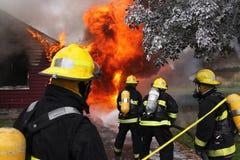 Feuerwehrmänner in der Tätigkeit Lizenzfreies Stockfoto