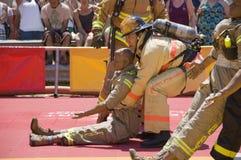 Feuerwehrmänner in der Tätigkeit Lizenzfreie Stockbilder