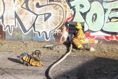 Feuerwehrmänner des Los Angeles-Schrottplatz-Feuer-2016 mit Schlauch Lizenzfreies Stockfoto