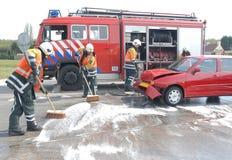 Feuerwehrmänner, die aufräumen Stockfotos