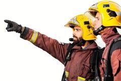 Feuerwehrmänner, die das Feuer lokalisiert analysieren Stockfoto