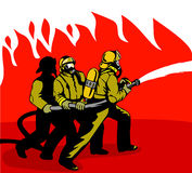 Feuerwehrmänner, die eine Flamme kämpfen Stockbild