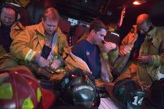Feuerwehrmänner, die für eine Notsituation sich vorbereiten Stockfotografie