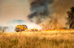 Feuerwehrmänner, die Feuer kämpfen lizenzfreie stockbilder