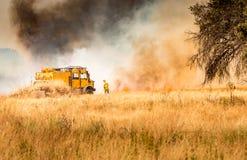 Feuerwehrmänner, die Feuer kämpfen stockfoto