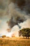 Feuerwehrmänner, die Feuer kämpfen lizenzfreies stockbild