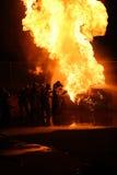 Feuerwehrmänner, die Flammen kämpfen Stockfotografie