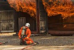 Feuerwehrmänner, die Hochdruckwasser sprühen, um abzufeuern Lizenzfreie Stockfotografie