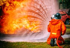 Feuerwehrmänner, die Hochdruckwasser sprühen, um abzufeuern Lizenzfreie Stockbilder