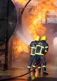 Feuerwehrmänner am großen Feuer Stockfoto