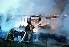 Feuerwehrmänner kämpfen einen Hausbrand lizenzfreies stockfoto