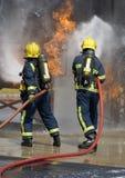 Feuerwehrmänner in kämpfendem Feuer des BAS Lizenzfreies Stockfoto