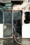 Feuerwehrmänner löschen ein großes Feuer an Troyeschina-Markt mit Wasser und Feuerlöschern aus Lizenzfreie Stockbilder