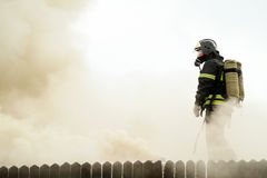 Feuerwehrmänner löscht eine brennende Gaststätte Lizenzfreies Stockfoto