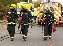 Feuerwehrmänner und Schläuche Stockfoto