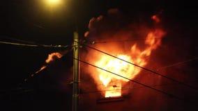 Feuerwehrmänner verweisen Wasserstrom auf brennendem Haus Gebäude im vollen lodernden Inferno und ein Feuerwehrmann Fighting, zum stock video footage