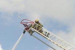 Feuerwehrmann auf einer Strichleiter Stockfotografie