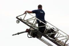 Feuerwehrmann auf Strichleiter-LKW Lizenzfreie Stockbilder