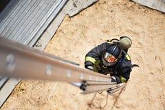 Feuerwehrmann bei der Ausbildung mit den Feuertreppen Lizenzfreie Stockfotografie