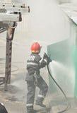 Feuerwehrmann in der Aktion Stockbild