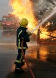 Feuerwehrmann, der großes Feuer kämpft Lizenzfreie Stockbilder