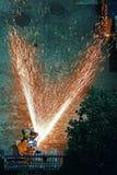 Feuerwehrmann, der Metall schneidet stockfotografie