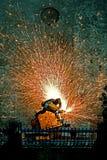 Feuerwehrmann, der Metall schneidet lizenzfreies stockfoto