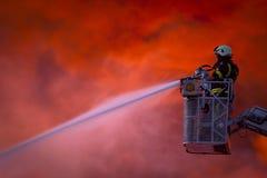 Feuerwehrmann in der Tätigkeit Stockfotos