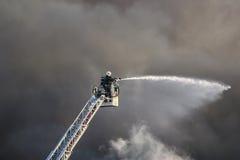 Feuerwehrmann in der Tätigkeit Stockfoto