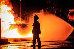 Feuerwehrmann, der vor Feuer geht Lizenzfreie Stockfotos