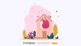 Feuerwehrmann, der Wasserspray vom Schlauch f?r brennendes Haus der Feuerbek?mpfung verwendet Feuerwehrmann in der Uniform, Feuer lizenzfreie abbildung