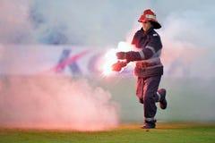 Feuerwehrmann entfernen Aufflackern vom Fußballplatz Lizenzfreie Stockfotografie