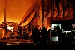 Feuerwehrmann am Feuer Stockfotografie