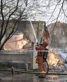Feuerwehrmann Fighting Fire Lizenzfreie Stockfotografie