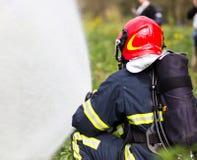Feuerwehrmann löscht Feuer Lizenzfreies Stockfoto