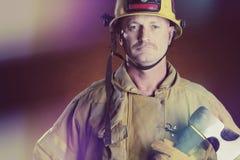 Feuerwehrmann Man mit Axt stockbild