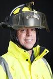 Feuerwehrmann-Portrait auf Schwarzem Stockfoto