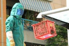 Feuerwehrmann und Bienen Lizenzfreies Stockfoto