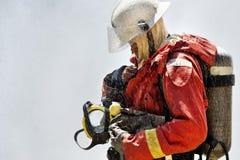 Feuerwehrmann während des Trainings Stockfotos