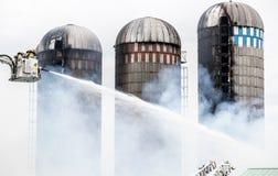 Feuerwehrmannkampfsilo und Scheunenfeuer Stockbild
