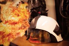 Feuerwehrmannklage und -ausrüstung bereit zur Operation, Feuerwehrmannraum für Speicher die Ausrüstung, Schutzausrüstung des Feue Lizenzfreies Stockbild