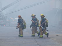 Feuerwehrmannnehmen-Hydratationsbruch von der Hitze und vom Rauche Lizenzfreie Stockfotos